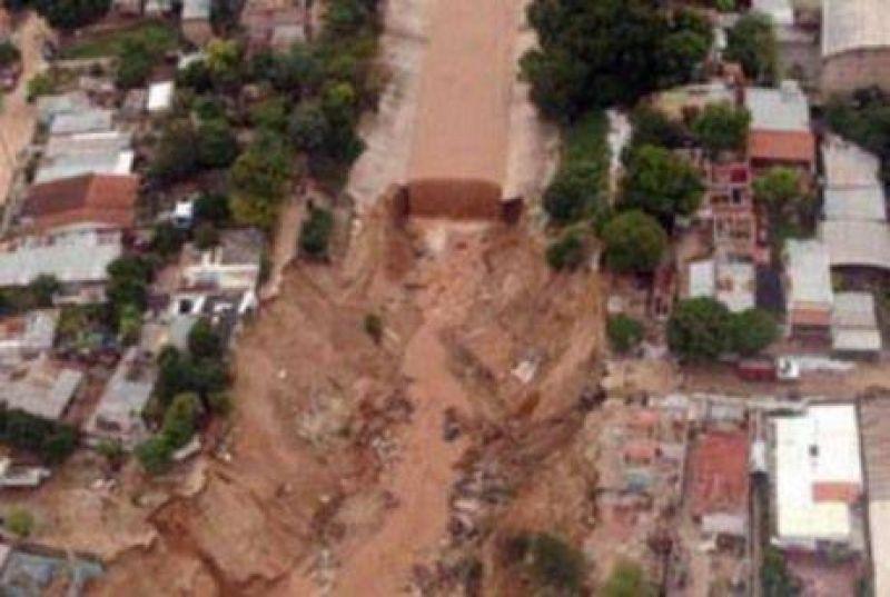 Tartagal: dos muertos, diez desaparecidos y mil evacuados.