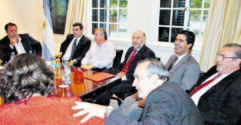Más gobernadores se alejan de Kirchner al hacer campaña