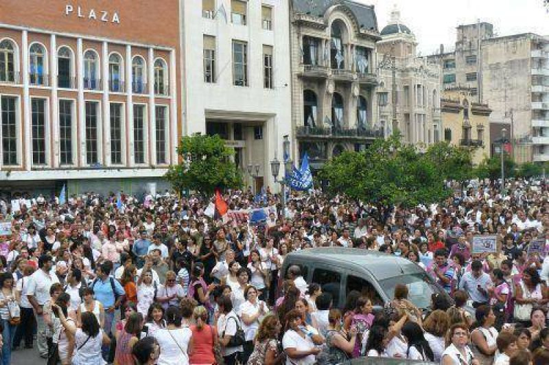 Miles de docentes marcharon en Tucumán