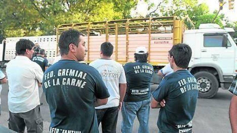 El gremio bloquea el ingreso de hacienda al Mercado de Liniers