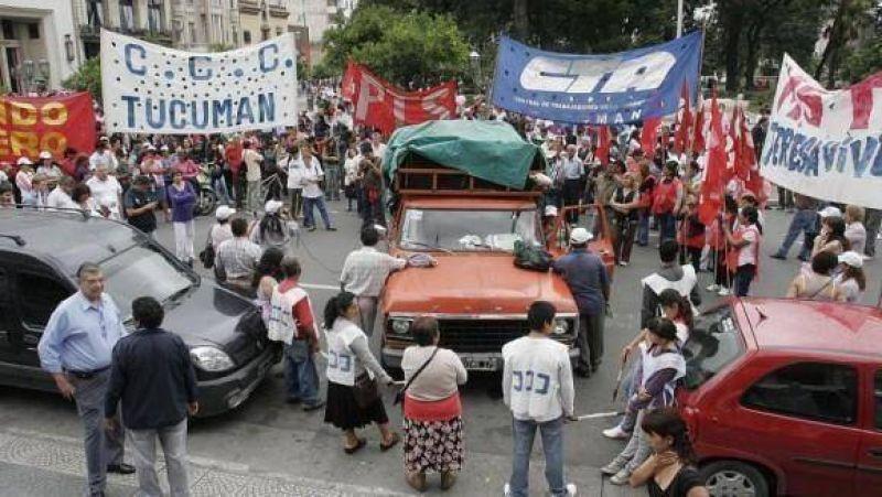 """La Nación cerró el grifo, Alperovich pide cautela y los gremios no aceptan una """"imposición salarial"""""""