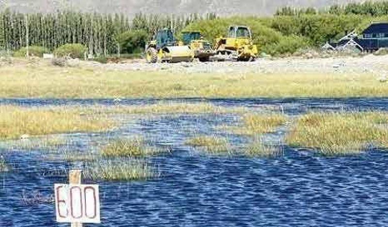 El lago que resiste al cemento y a los deseos K