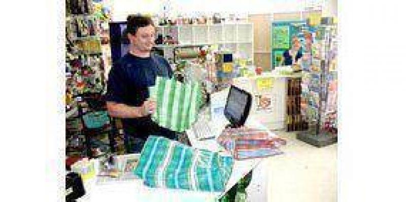 Comerciantes ofrecen las bolsas de tela y yute