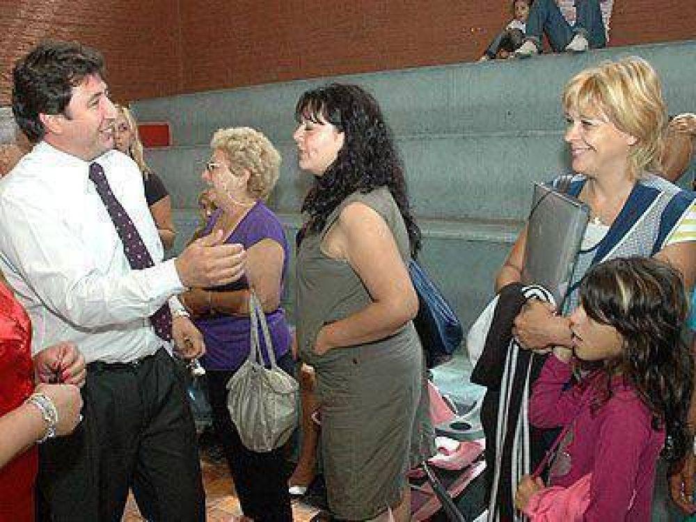 Arroyo entregó tarjetas del plan Más Vida.