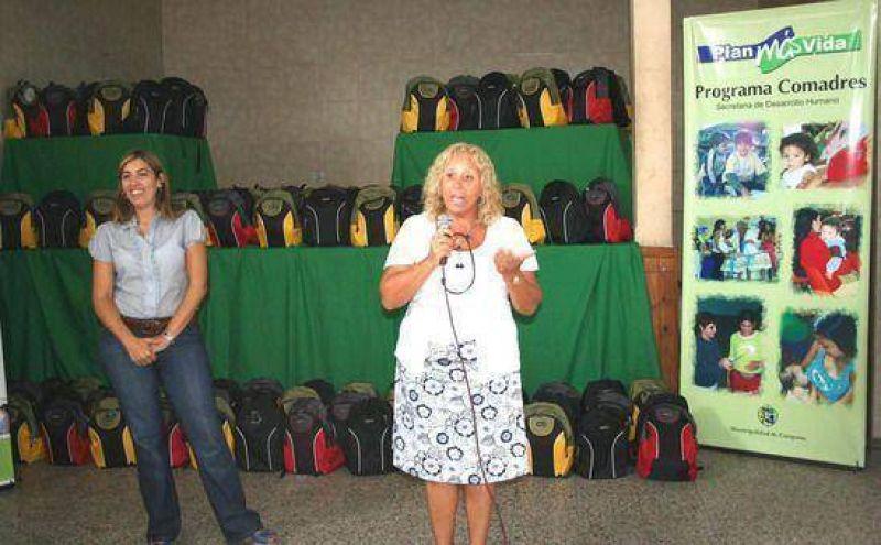 El municipio comenzó con la entrega de 1500 mochilas para los chicos de todos los barrios de Campana
