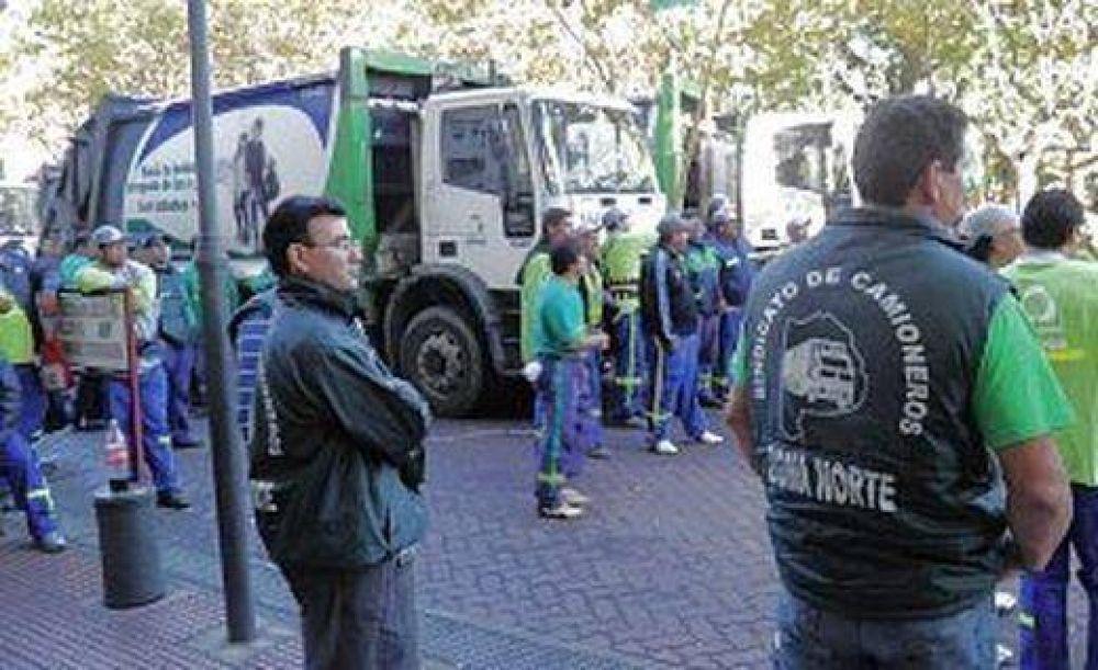 Camioneros movilizados frente a la Municipalidad de San Fernando