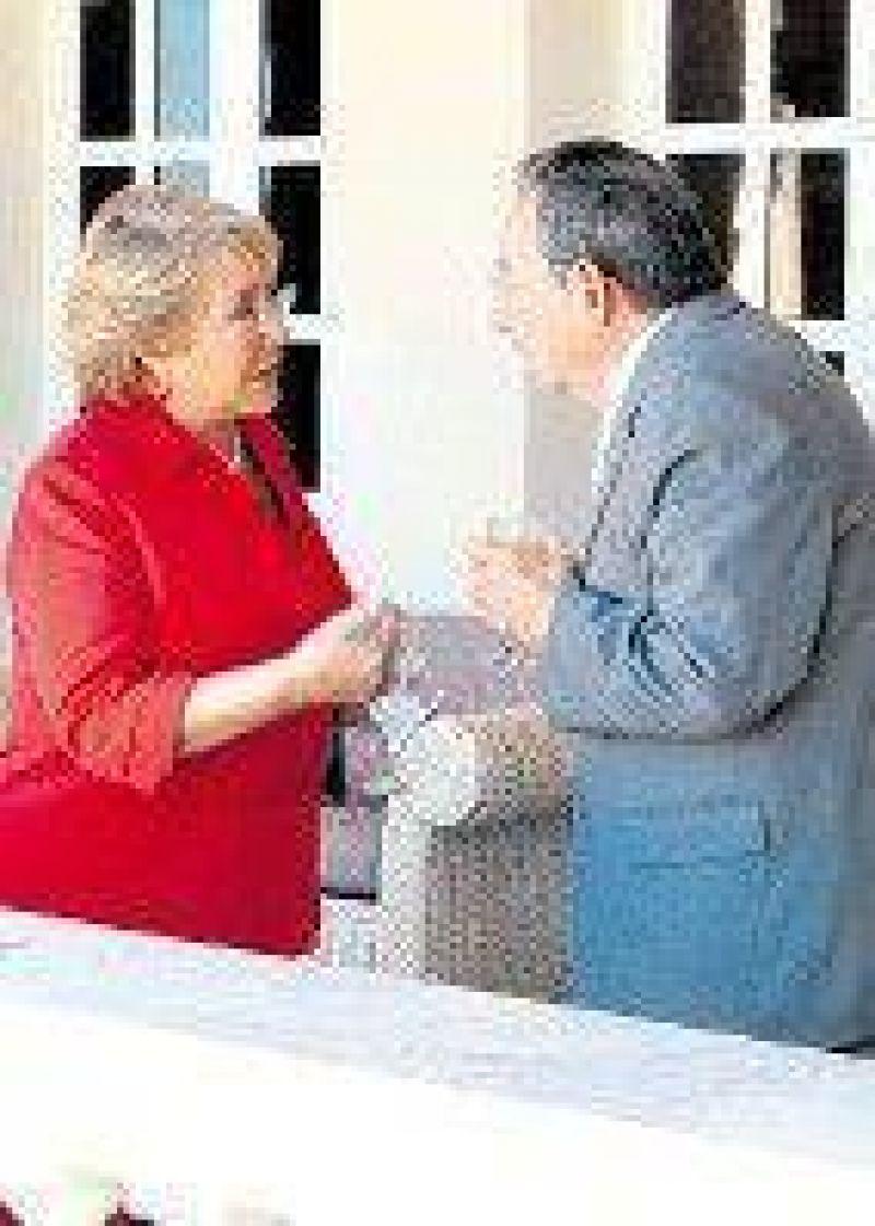 Bachelet, molesta por un artículo de Fidel Castro.