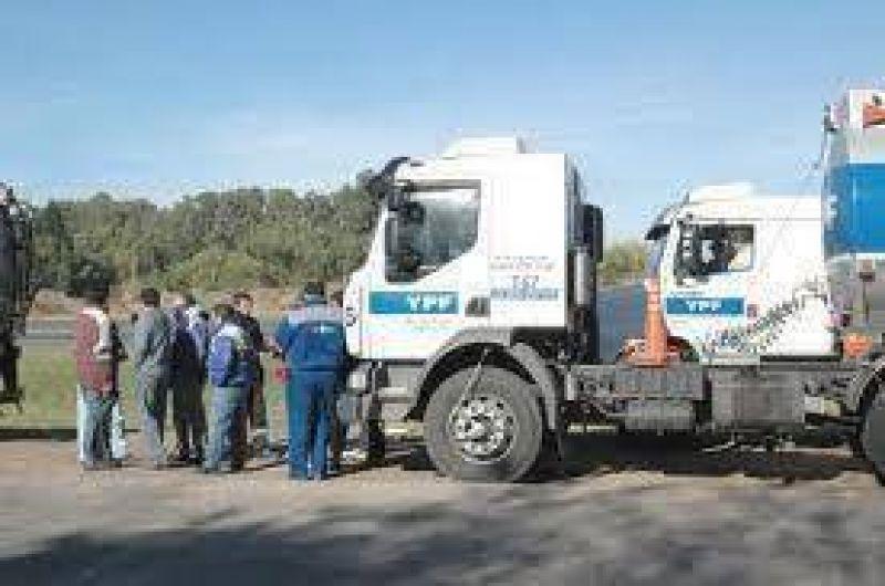 Camioneros bloquearon la planta de YPF en Junín