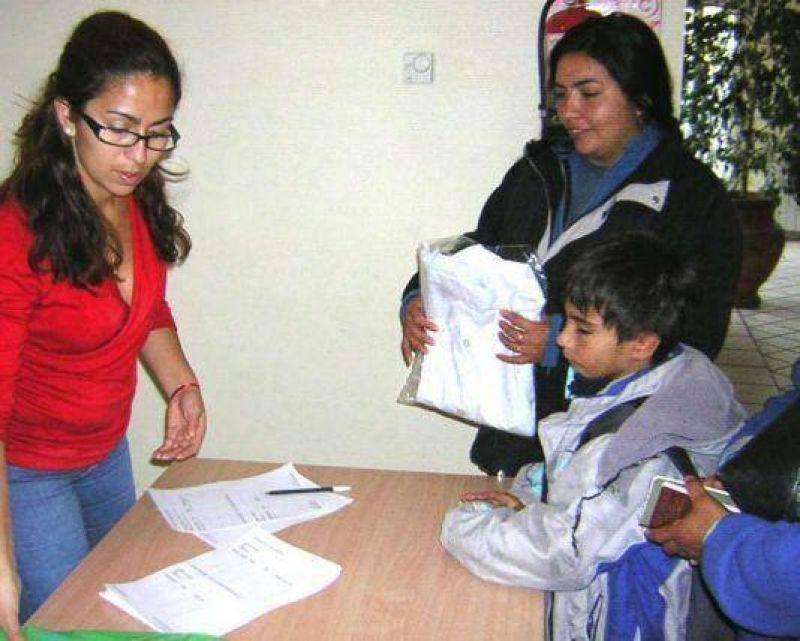 Desde el lunes el Municipio entregará kits escolares a familias carentes en la ciudad.