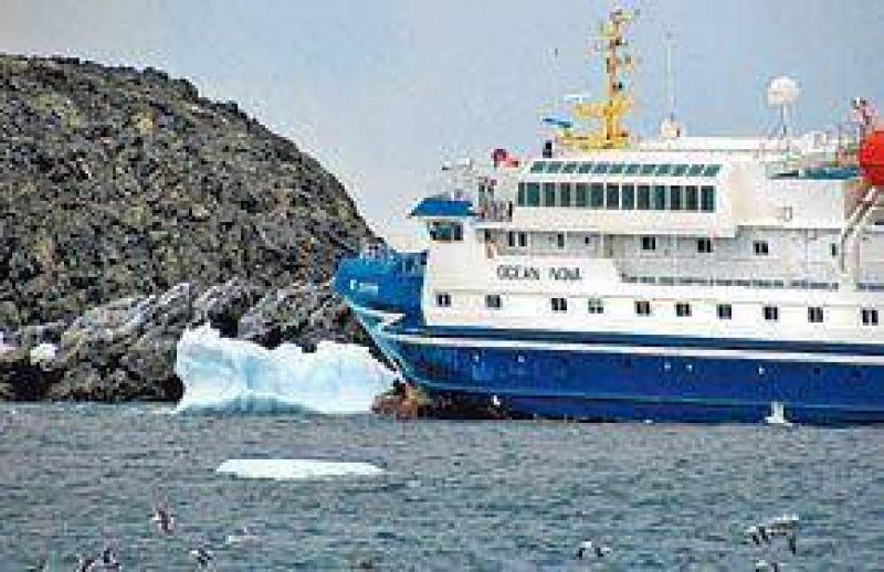 El barco varado en la Antártida zafó recién anoche, después de evacuar a los pasajeros