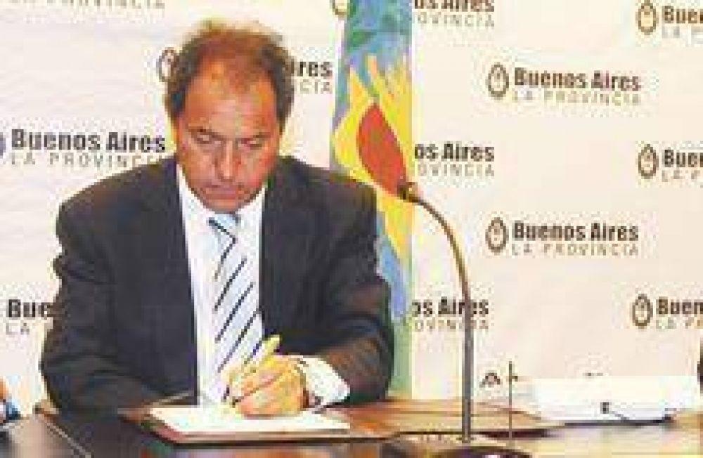 Scioli ordenó un fuerte recorte del gasto público para afrontar la crisis