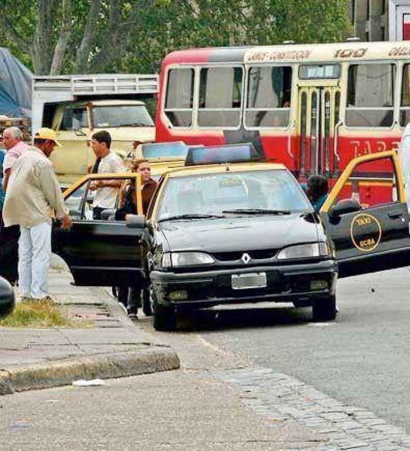Taxistas engañan a pasajeros en Retiro con otro cuento del tío