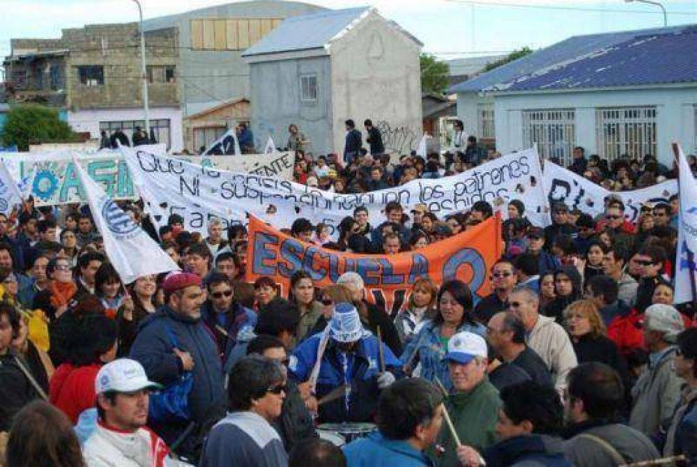 "Gremios reclaman al Gobierno que intervenga para evitar ""un caos social""."