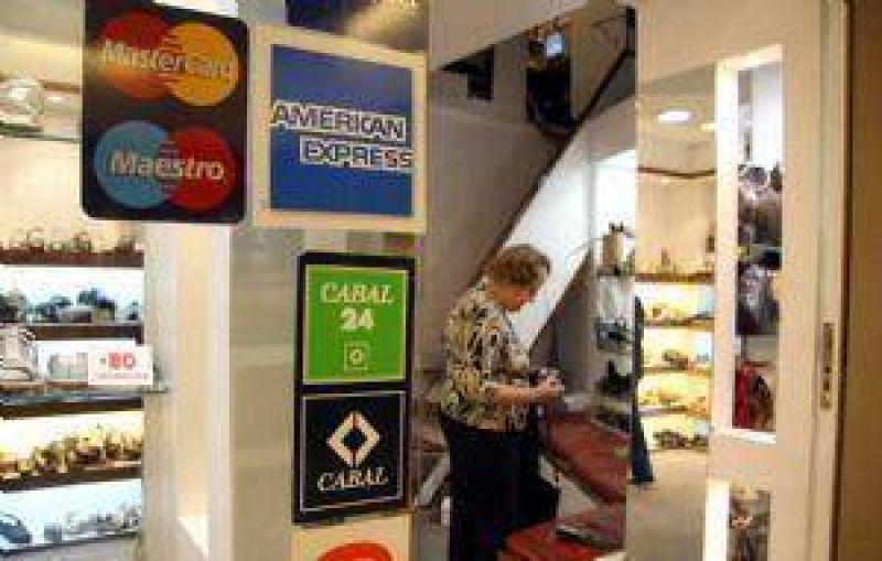 Caen las compras al contado y crece el uso de la tarjeta de crédito