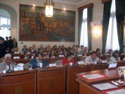 Concejo Deliberante: Entre el gorilismo y las trompadas fuera del recinto