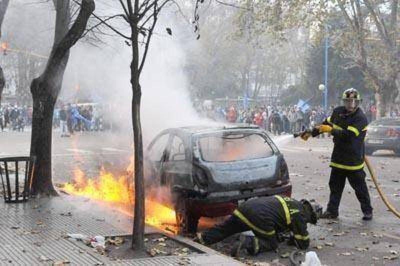 Por una interna gremial atacaron a piedrazos el Palacio Municipal
