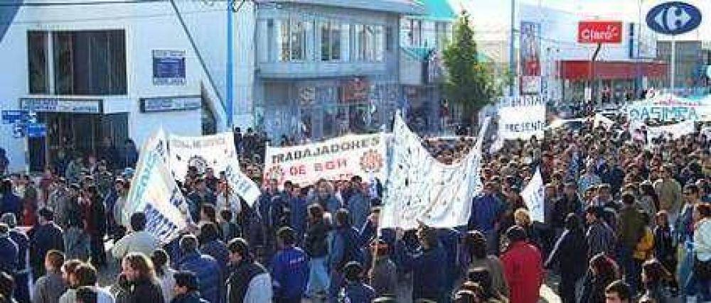 Tierra del Fuego: dos mil trabajadores despedidos y escraches a la casa de la gobernadora Fabiana Ríos