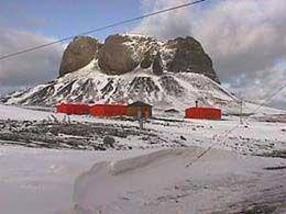 Taiana anunció la reconstrucción de una base antártica