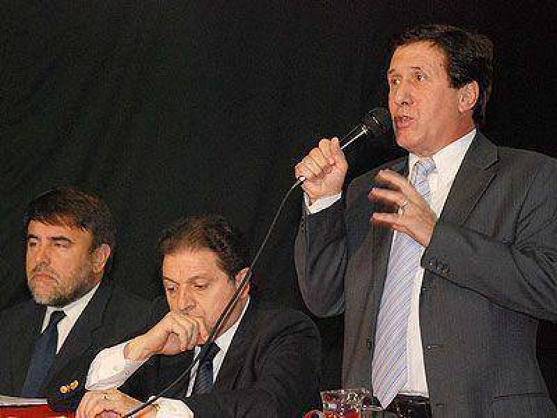 LANÚS | ACTO EN EL MUNICIPIO    Díaz Pérez y Bibiloni firmaron el convenio para la limpieza del arroyo Olazábal