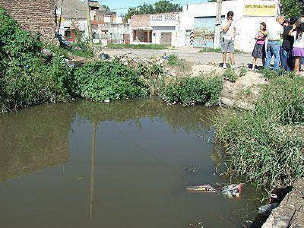 VILLA FIORITO   LOS VECINOS RECLAMAN UNA BOMBA DE DESAGOTE    Empezaron las obras de limpieza en el arroyo Unamuno