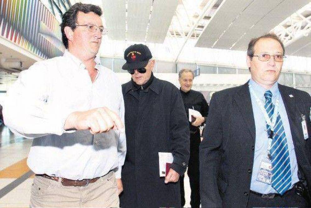 Con un incidente, dejó el país el obispo lefebvrista