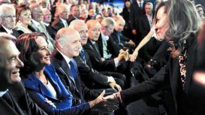 Celos y zancadillas entre las mujeres de Hollande, tema del día en Francia