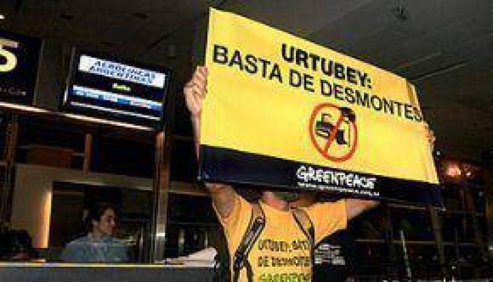 Greenpeace protestó contra Urtubey y los desmontes en Aeroparque