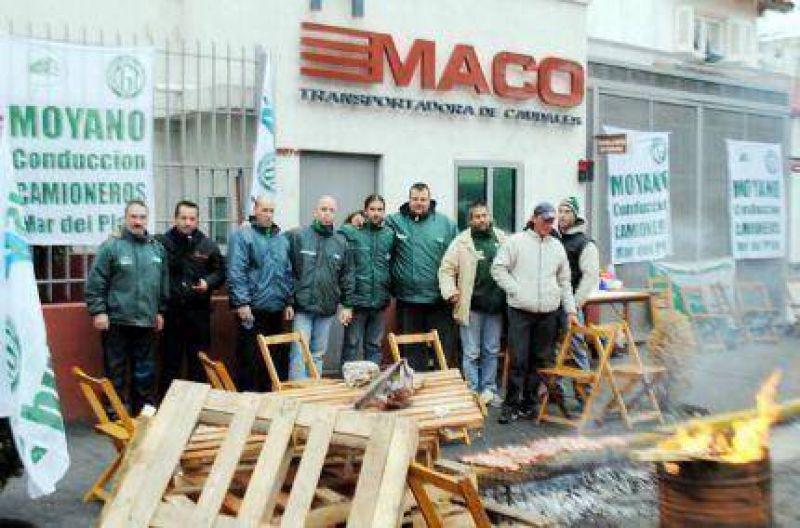 Trabajadores camioneros marplatenses protestan ante las puertas de las empresas transportadoras de caudales