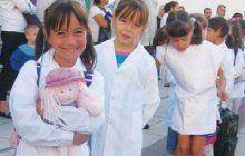 Trescientos niños reciben asistencia escolar gratuita en Río Grande.