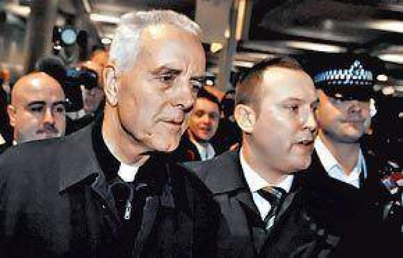 El obispo que niega el Holocausto pidi� perd�n, pero no se retract�