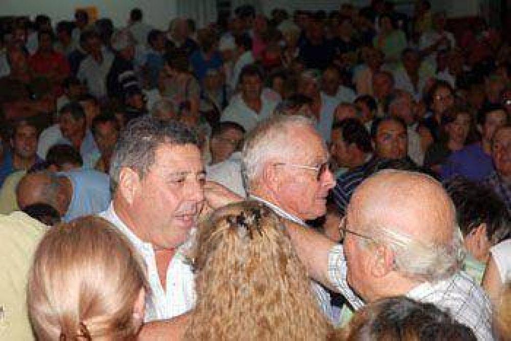 Multitudinaria asamblea de productores con De Angeli-