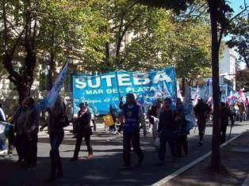 La Provincia pagará el aguinaldo en cuatro cuotas y gremios docente amenazan con paros