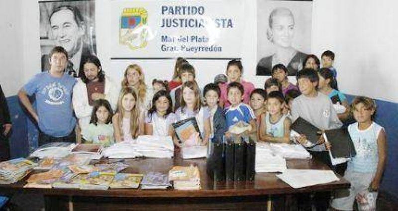Peronistas entregaron guardapolvos en sede partidaria