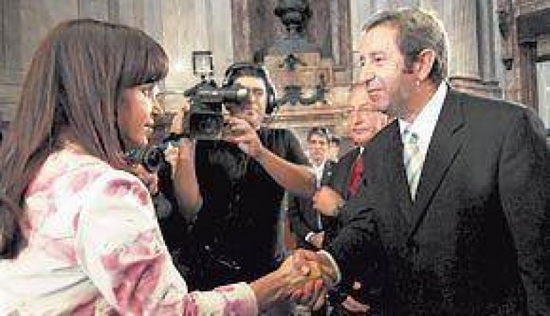 Obligada por el protocolo, Cristina le dedicó un gélido saludo a Cobos
