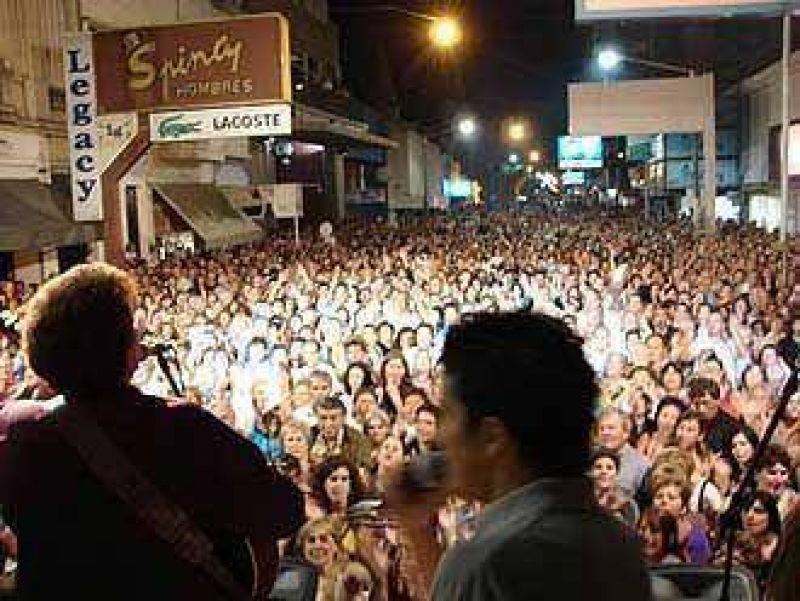 Cultura municipal calculó que más de doce mil personas estuvieron en el recital de cierre de la Peatonal