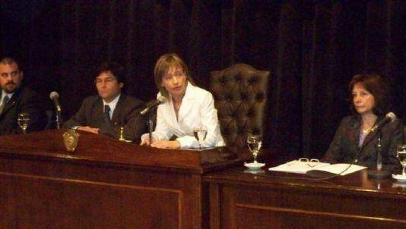 """""""No podemos seguir tirando de la soga"""", advirtió Ríos al inaugurar el período legislativo."""