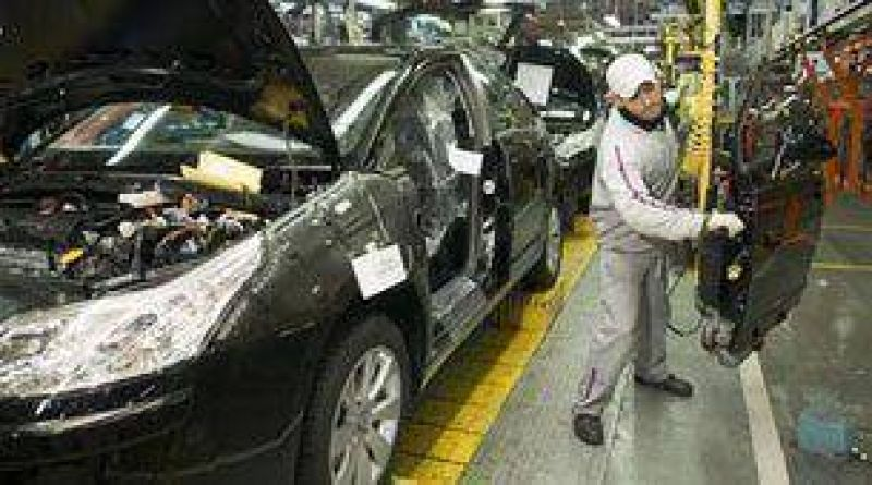 Empresarios y trabajadores del sector automotor quieren negociar salarios sin despidos