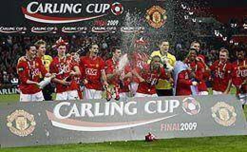 Con Tevez, Manchester alzó otra copa.