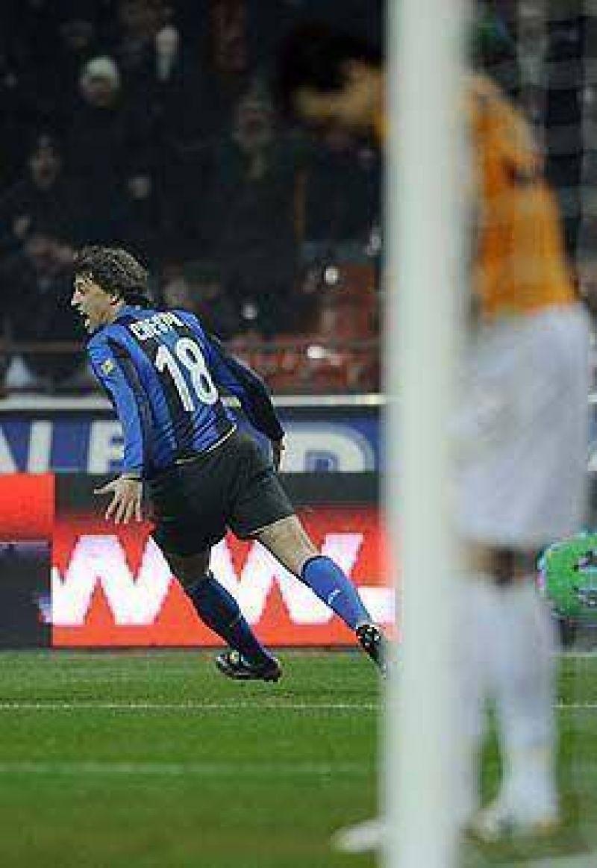Crespo entró y salvó al Inter sobre el final.