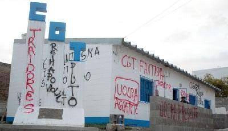 Militantes de la UOCRA destrozaron la CGT de Comodoro