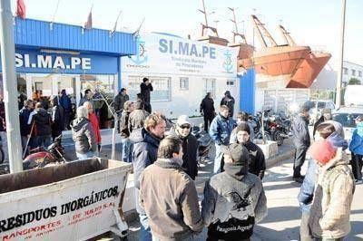 Los empresarios y el Simape llegaron a un acuerdo salarial pero sigue el paro en el puerto