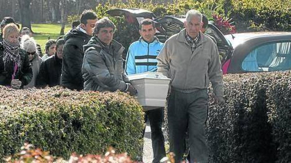 Dolor profundo en el entierro de los tres chicos hallados muertos en una pileta