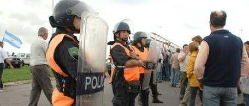En Chivilcoy montaron un escuadrón policial para evitar los escraches a Néstor Kirchner