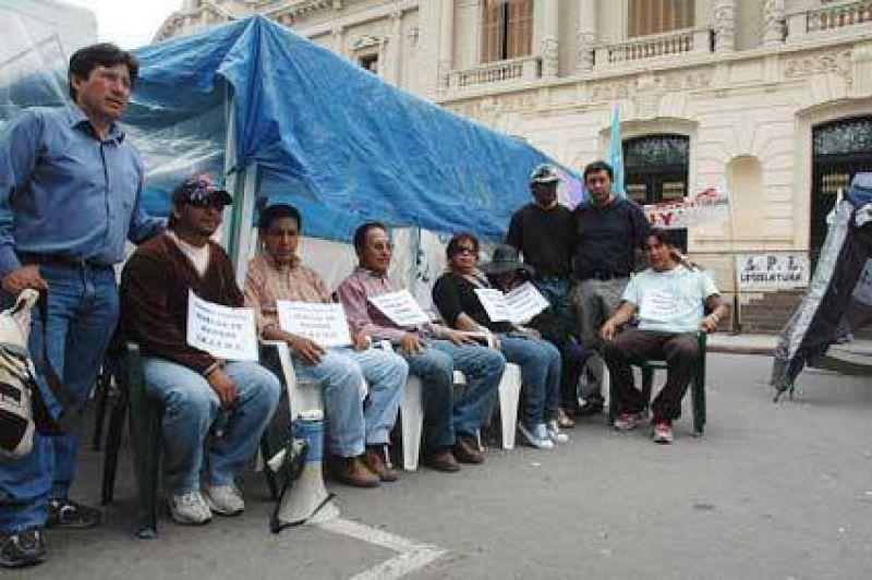 Docentes iniciaron huelga de hambre En reclamo de mejoras salariales.