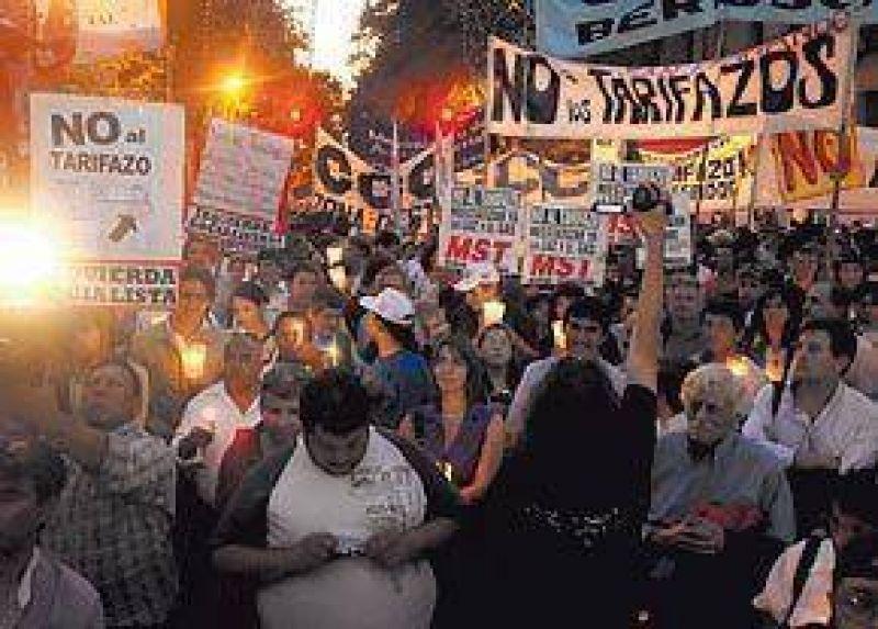 Protesta con velas y marcha a Plaza de Mayo por el tarifazo