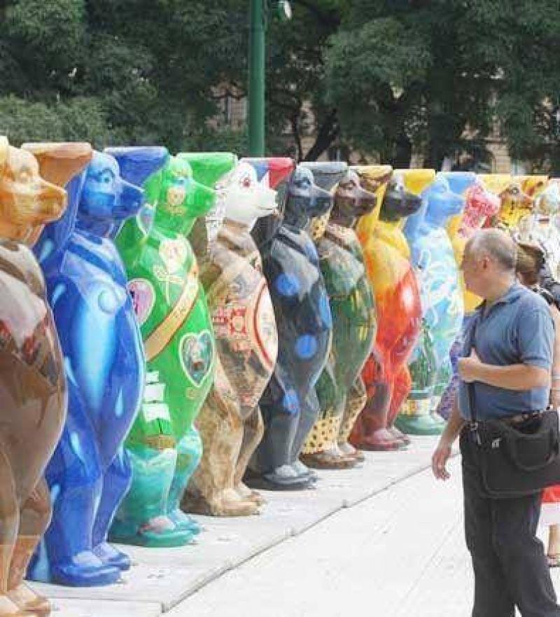 Llegaron a Retiro los osos que recorren el mundo por la paz