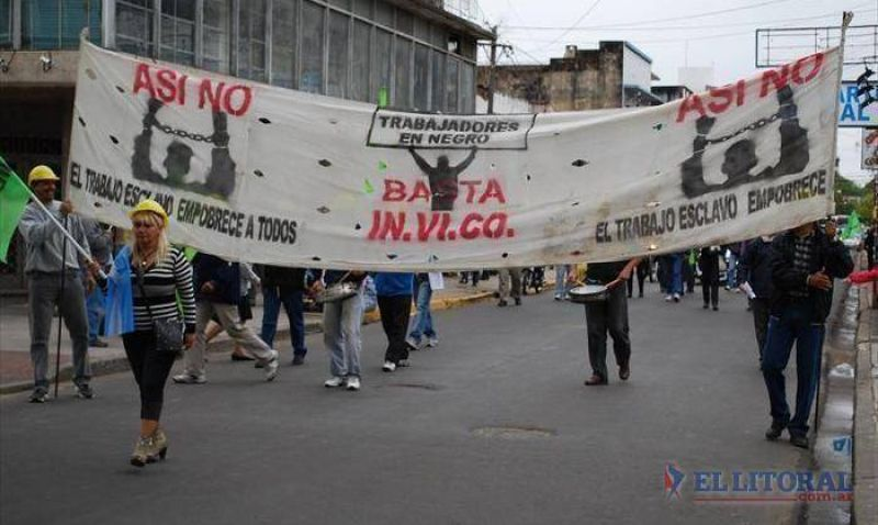 Empleados del Invico y también de Desarrollo Humano marcharon a Casa de Gobierno