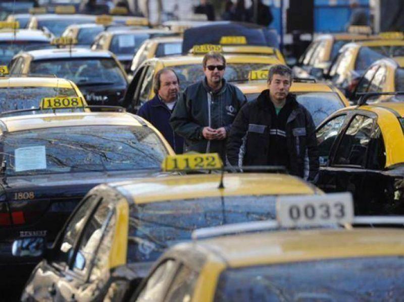 Los taxistas van al Concejo y reclaman una tarifa del 65 por ciento que cubra el salario