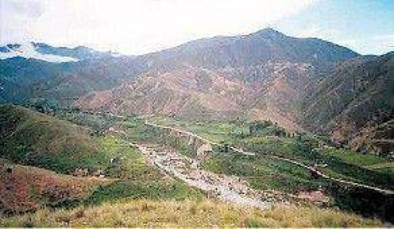Hay tres desaparecidos por un aluvión en un cerro salteño