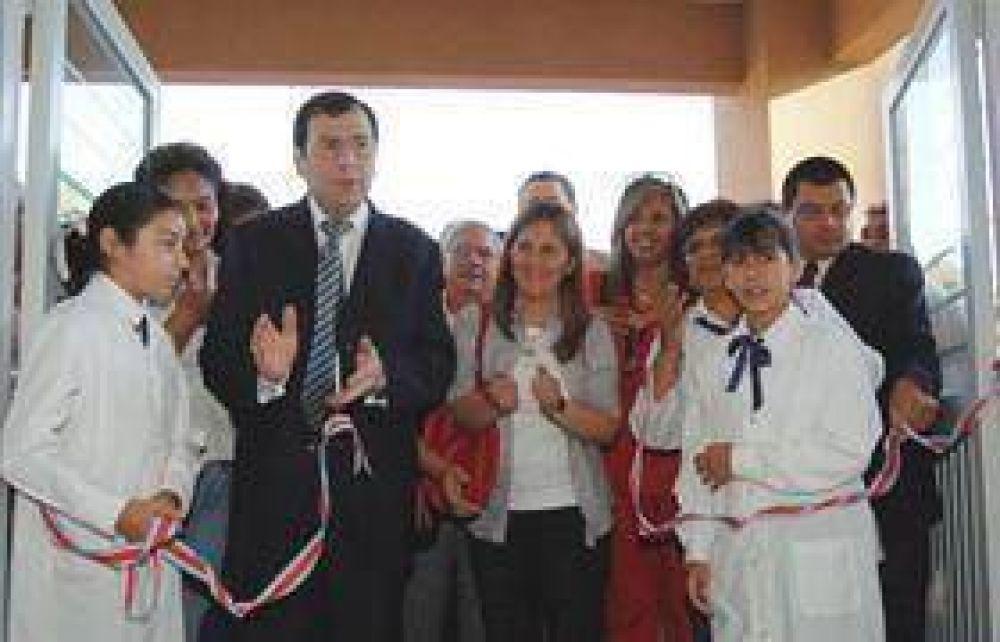 Inauguran dos importantes edificios escolares en el barrio Tabla Redonda.